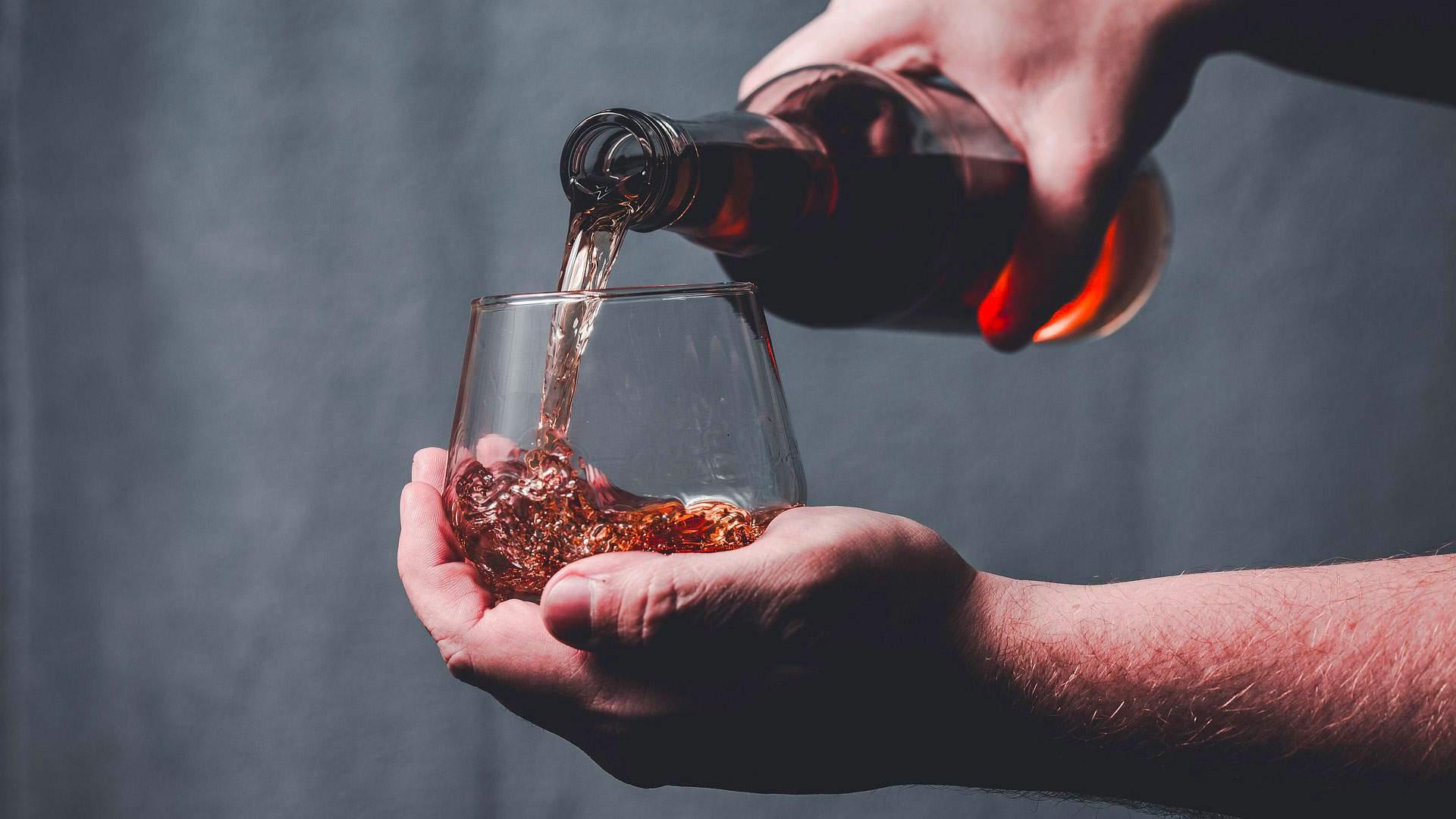 Versamento di Whiskey in un bicchiere